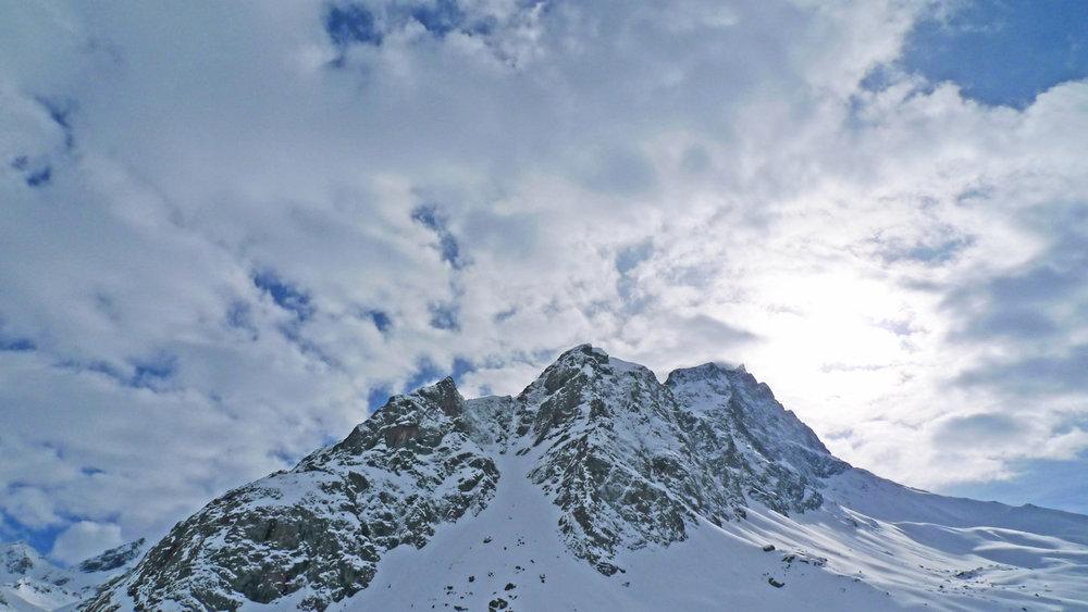 Piz Platta in beeindruckender Wolkenformation - © SkitourGuru.com