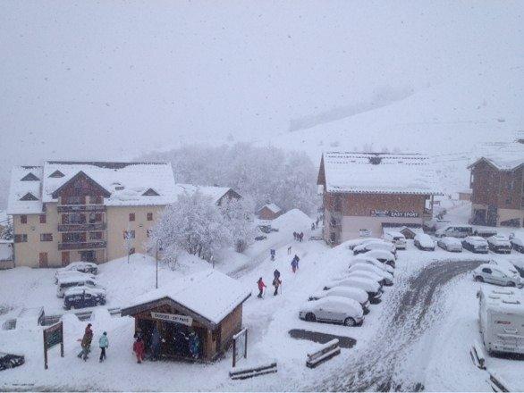 Journée blanche, grosse tombée de neige altérant les conditions de glisse mais la neige est bonne en altitude. Ps : photo prise a 14h
