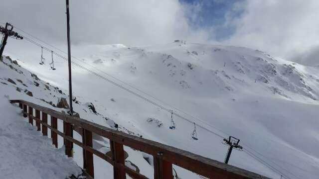 1 metro de nieve polvo en todo el cerro pasado los 1200 mts.increible baja por camino centro y abc norte