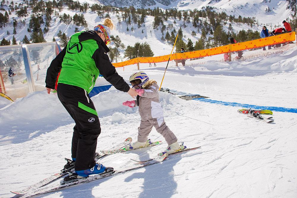 Apprentissage du ski à Vallnord - © OT Vallnord