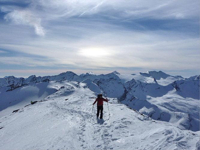 Auf den letzten Metern vor dem Ziel, dem Gipfel des Fanellhorn - © Marion Neumann