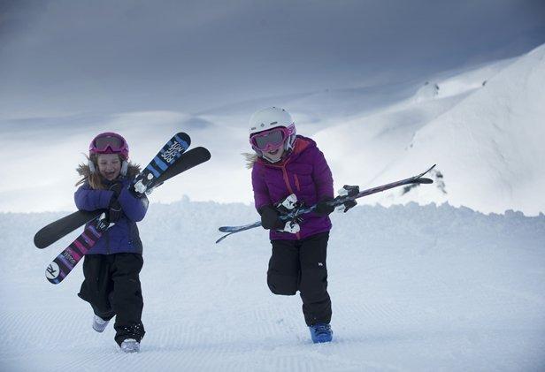 Glade jenter på ski i Myrkdalen - © Voss Fjellandsby/Myrkdalen
