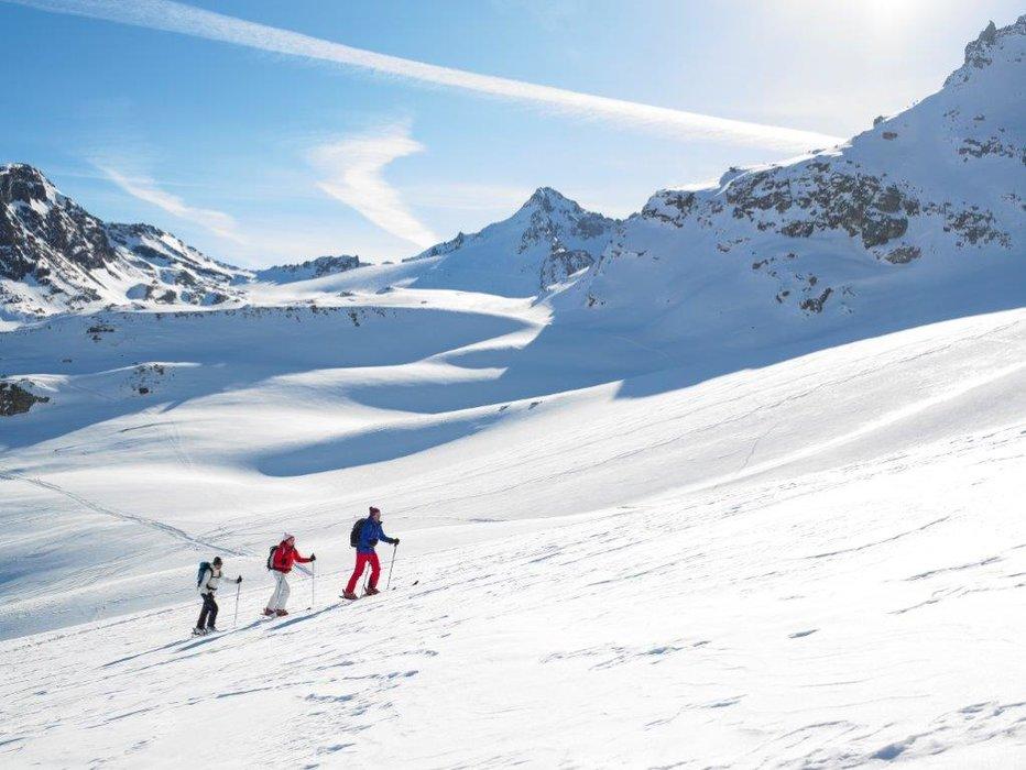 Sanfte Schatten legen sich über die Pisten - © Skigebiet Silvretta-Bielerhöhle