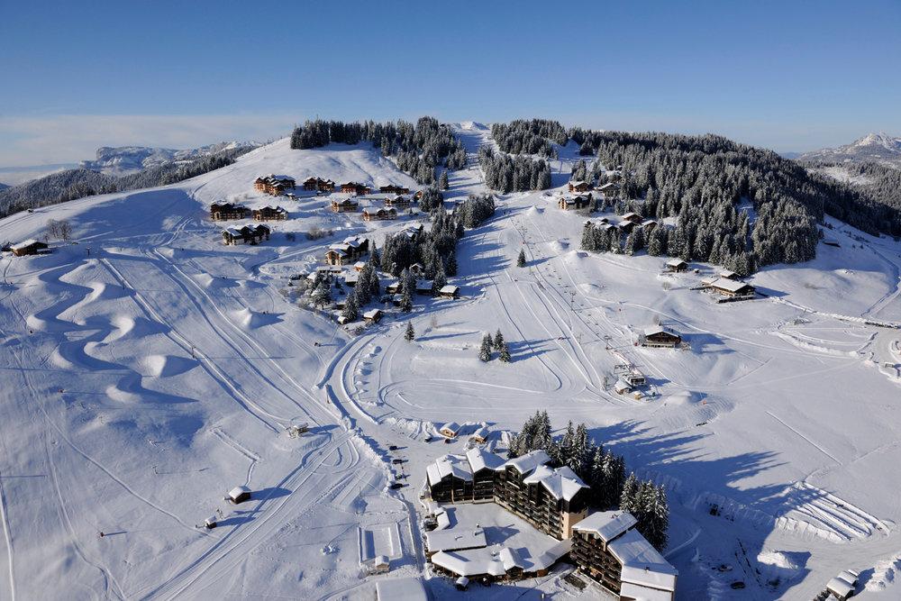 Manigod, son village et son domaine skiable - © P. Lebeau / OT de Manigod