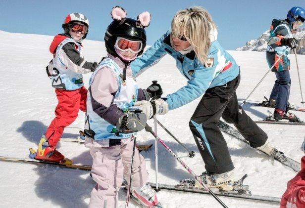 Na rodinnej zimnej dovolenke je tá pravá príležitosť naučiť vašich najmenších prvé krôčiky na snehu a na lyžiach - © Riccardo Agosti