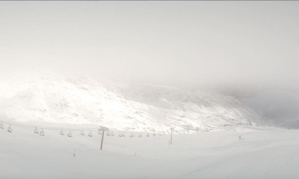 In Alpe d'Huez gab es Mitte November viel Schneefall - © Alpe d'Huez/Facebook