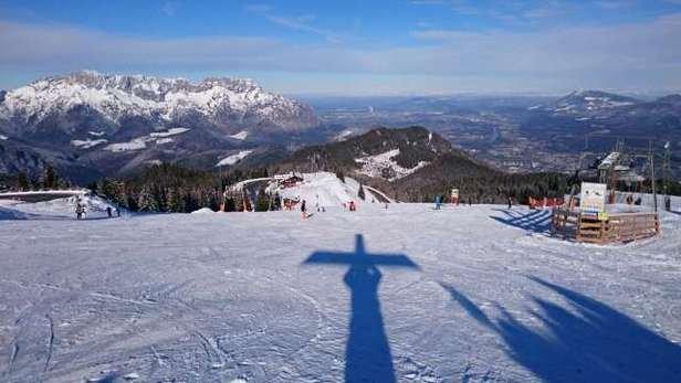 Wir waren gestern zu zweit mit dem Snowboard vor Ort. Schnee ist präpariert,  teilw. eisig gewesen... Die Skifahrer waren begeistert.  Wir als Snowboarder mussten aufpassen das wir uns auf den Eisflächen nicht zerlegen. Abfahrt bis zur Mautstelle ist kein Problem, wenige Kleine Stellen wo der Untergrund durchschimmert. Ab Mautstelle ist Die Piste gesperrt. Wir konnten jedoch problemlos noch etwas weiter herunterfahren bis zur nächsten Haltestelle. Dort sind vermehrt Maulwurfshügel die einem das entspannte Fahren schwer machen. Im Bereich der Lifte ist das Fahren sehr gut möglich!
