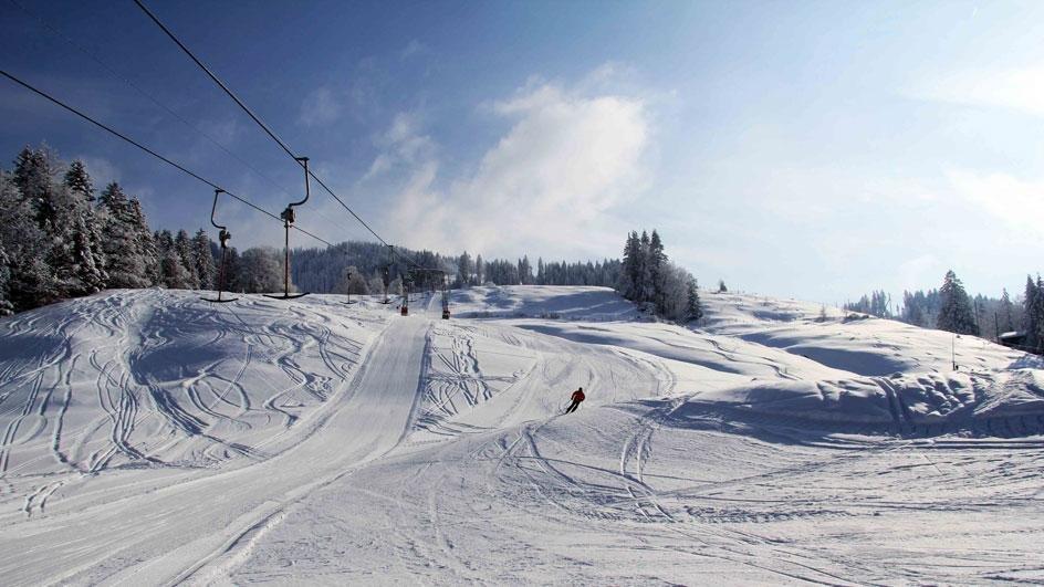 Wunderbar schlängeln sich die Pisten den Berg hinab - © Skilift Neusell