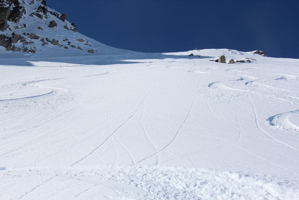 Den Berg hinab im frischen Powder - © Skiinfo.de