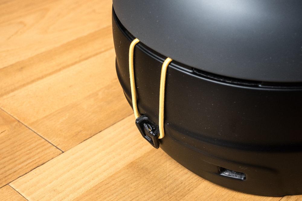 Zapnutá gumová úchytka spoľahlivo udrží elastický pás lyžiarskych okuliarov - Marker PHOENIX OTIS - © Skiinfo