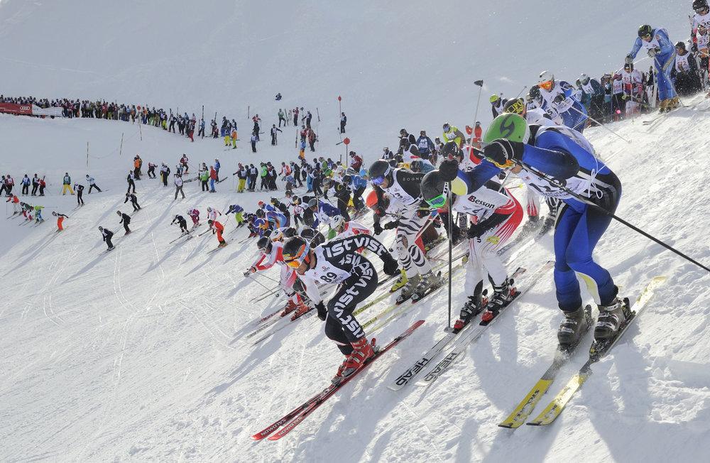 """Massenstart am Vallugagrat beim Kultskirennen """"Der Weiße Rausch"""" in St. Anton am Arlberg - © TVB St. Anton am Arlberg/Fotograf: Josef Mallaun"""