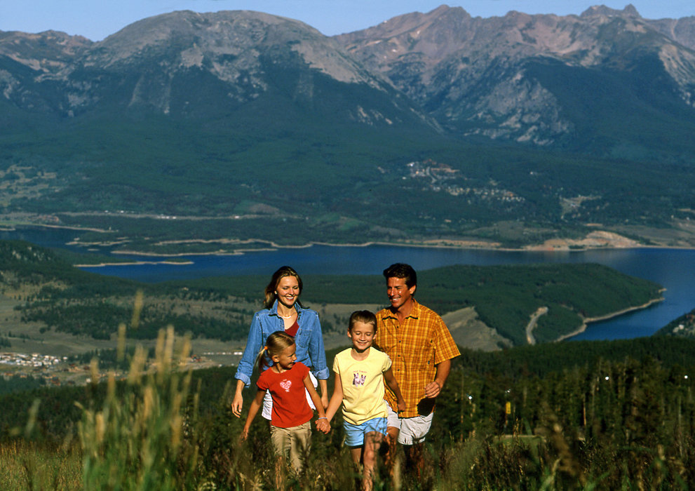 A family hiking at the top of Keystone Mountain.
