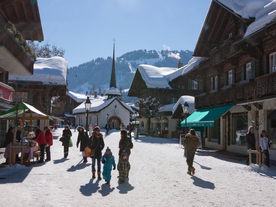 Balade dans les rues piétionnes de Gstaad - © Gstaad Saanenland Tourismus