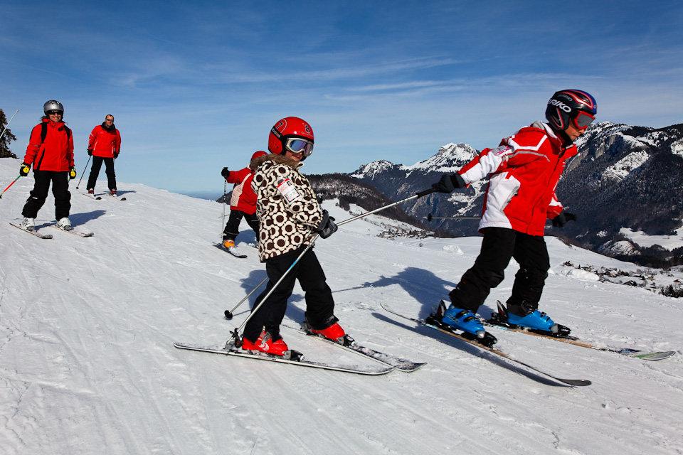 Ski en famille sur le domaine de Bellevaux-Hirmentaz - © Office de Tourisme des Alpes du Leman