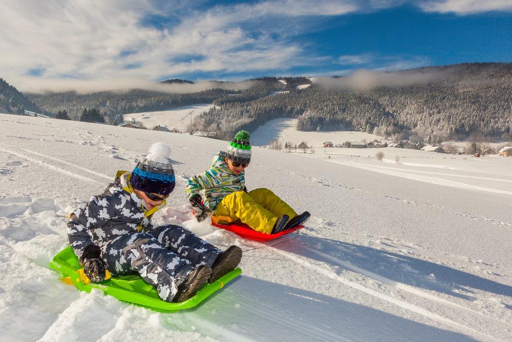 Plaisirs simples d'une course de luge sur les pentes enneigées d'Autrans - © Autrans Méaudre Tourisme