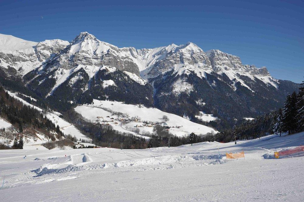 Conditions idéales (soleil et neige fraîche) sur les pistes de ski de Montmin-Col de la Forclaz - © Station de Montmin-Col de la Forclaz