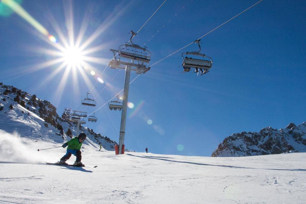 Apprentissage du ski sur les pistes de la Tania - © Robin Garnier