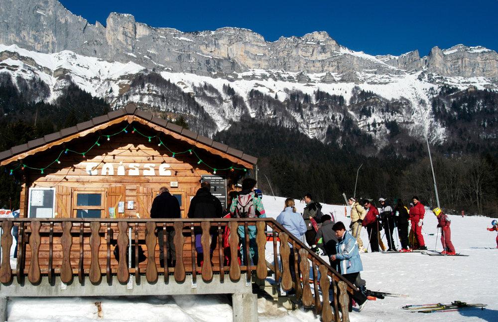 Ambiance familiale aux abords du domaine skiable de Saint Hilaire du Touvet - © Office de Tourisme des Petites Roches