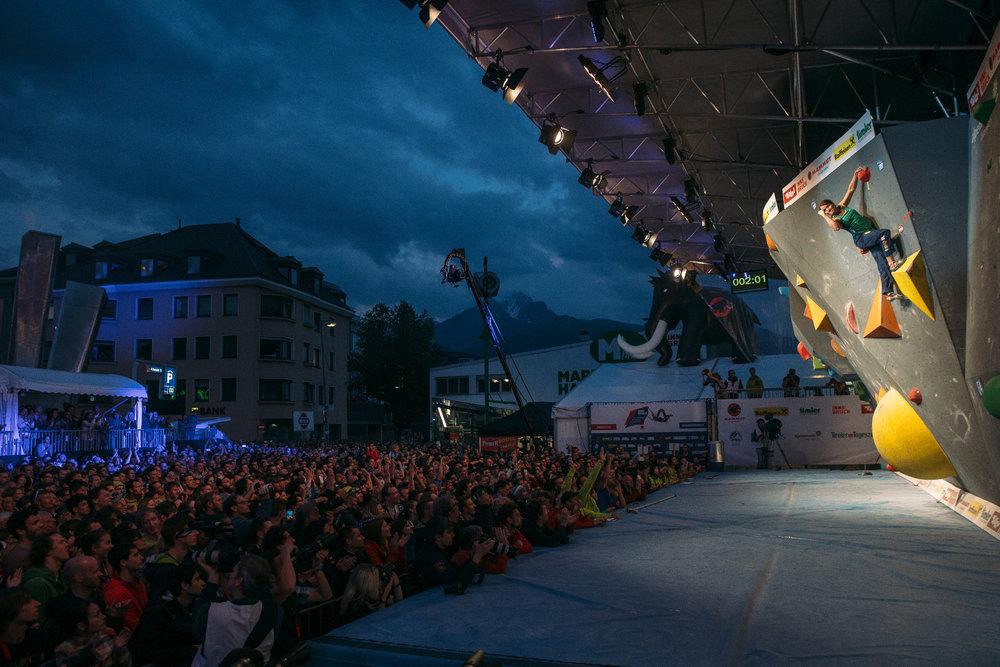 Anna Stöhr am Top-Griff von Finalboulder 2 - © Elias Holzknecht