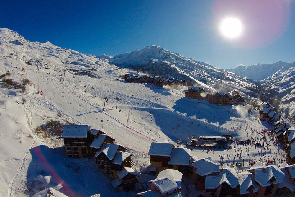 Conditions idéales (soleil et neige fraîche) sur les pistes de ski de Valmeinier - © OT de Valmeinier