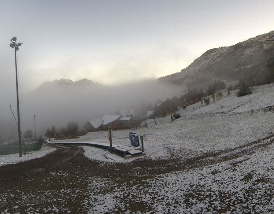 Wake up with snow at Oz en Oisans (October 16, 2015)