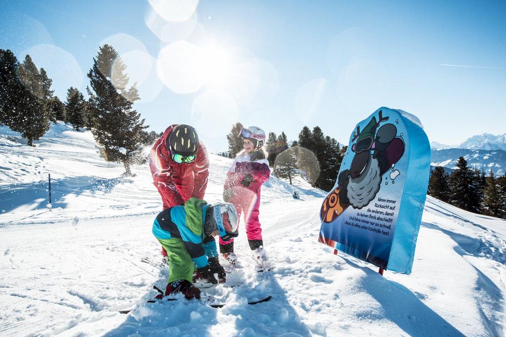 Schneeballschlacht am Rande der Pisten des Hochötz - © Bergbahnen Hochoetz
