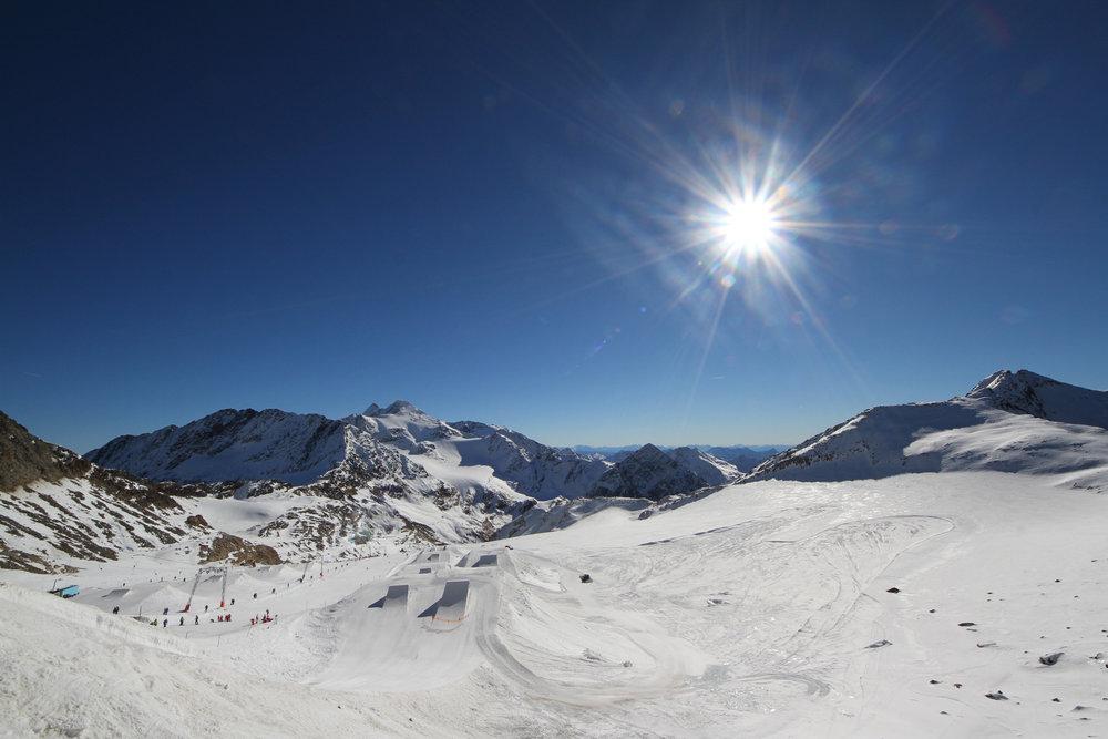 Panorama z Schaufeljoch na robiący wrażenie Prime Park na lodowcu Stubai - © Skiinfo