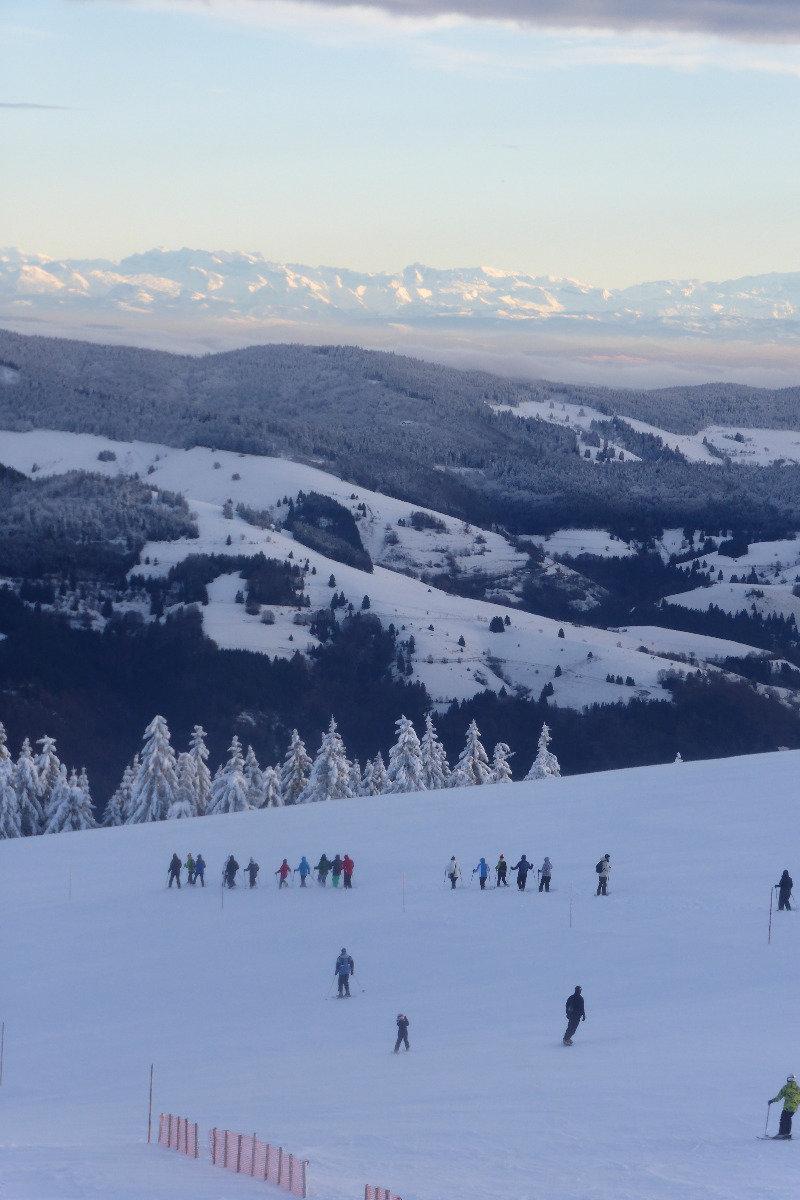 Skifahrer lassen den Tag am Hang ausklingen - © Schwarzwaldregion Belchen