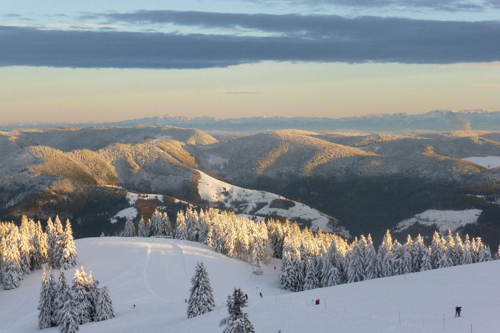 Eine Abfahrt im Skigebiet vor herrlichem Panorama - © Schwarzwaldregion Belchen