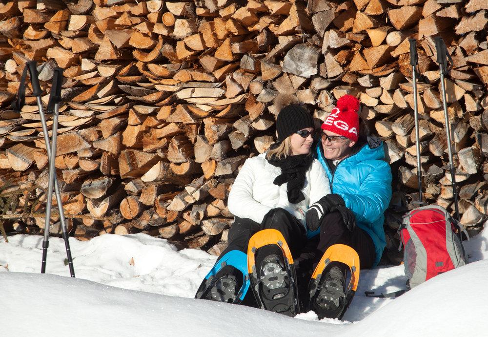 Ein Pärchen genießt die Sonne im Skigebiet Glungezer - © Tourismusverband Region Hall-Wattens