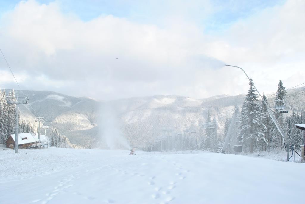 Roháče - okrem čerstvého prírodného snehu sa už začalo aj so zasnežovaním! - © facebook Roháče