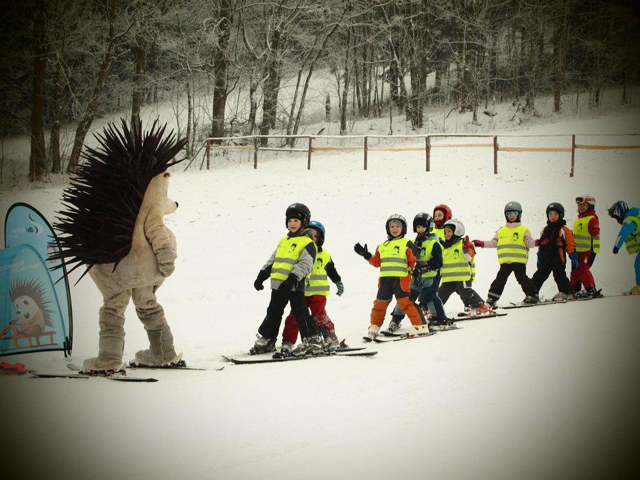 Ski Aréna Karlov je zameraná na rodiny s deťmi. Nájdete tu 2 detské parky, 3 lyžiarske školy a 2 dopravné pásy. - ©Ski Aréna Karlov