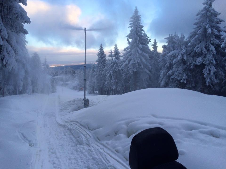 Zasněžování na Klínovci pokračuje i v pátek 27.11.2015 - sjezdovka Dámská - © facebook Klínovec