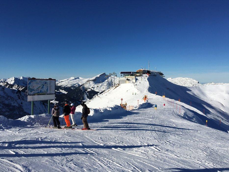 Bei blauem Himmel und Panoramablick, macht Skifahren gleich doppelt soviel Spaß - © Kleinwalsertal Tourismus