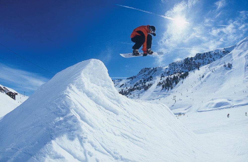 Snowboarder finden in Mayrhofen coole Slopes und Pipes vor. - © Mayrhofner Bergbahnen