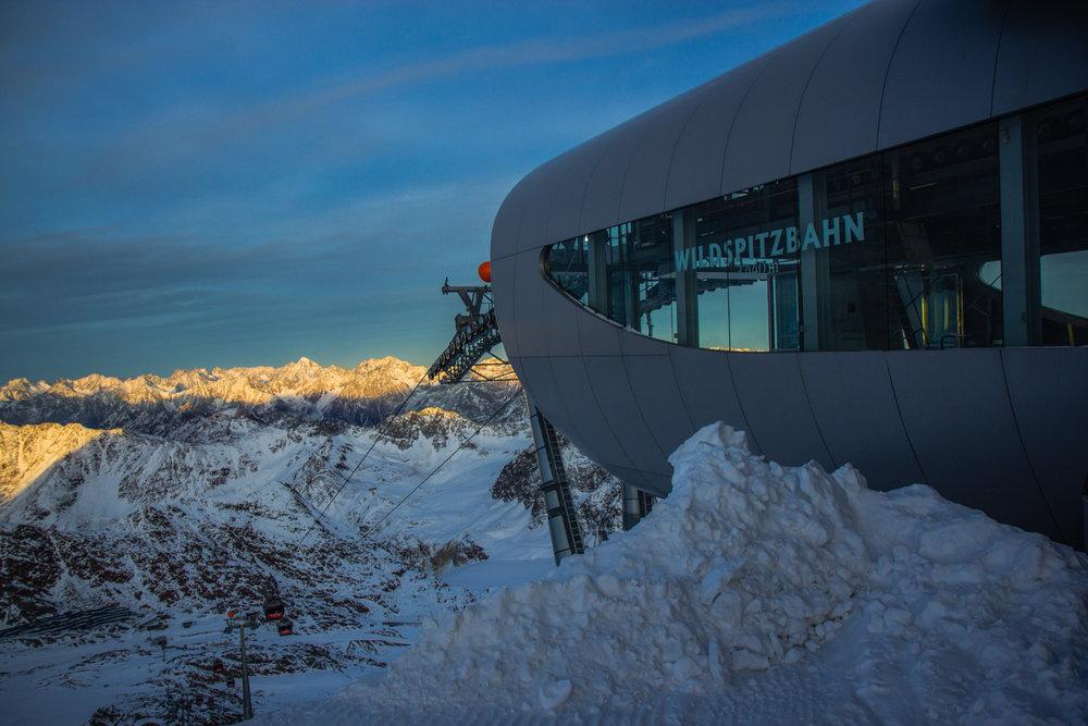 Die letzte Sonne bedeckt die Berge - © Pitztaler Gletscherbahn