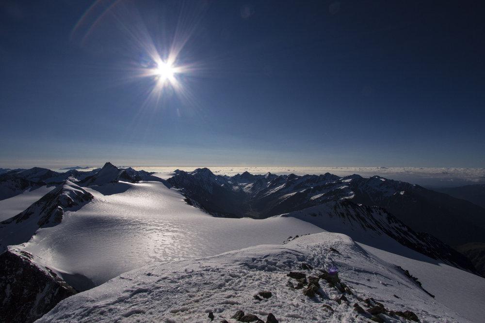 Am Gipfel! Im Hintergrund halb links die Hintere Schwärze - © Erika Spengler