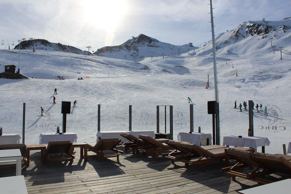 Entre deux descentes à skis, petite pause détente/déjeuner sur les pistes de Pas de la Casa - © Pauline Landais-Barrau / Skiinfo