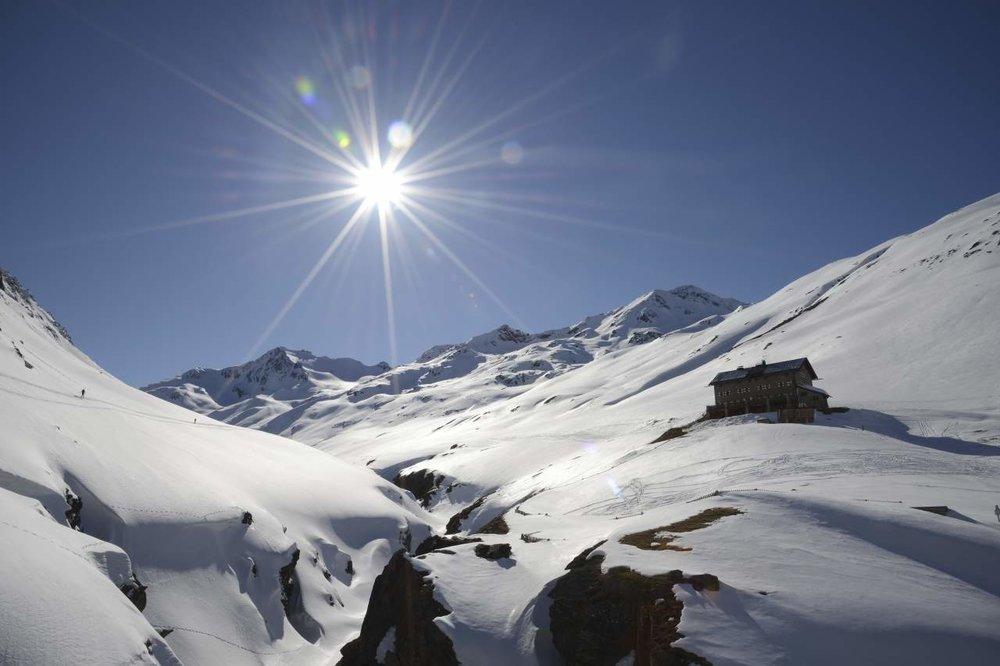 Die Hütte fügt sich perfekt in die Berglandschaft ein - © Stefan Astner, Ötztal Tourismus