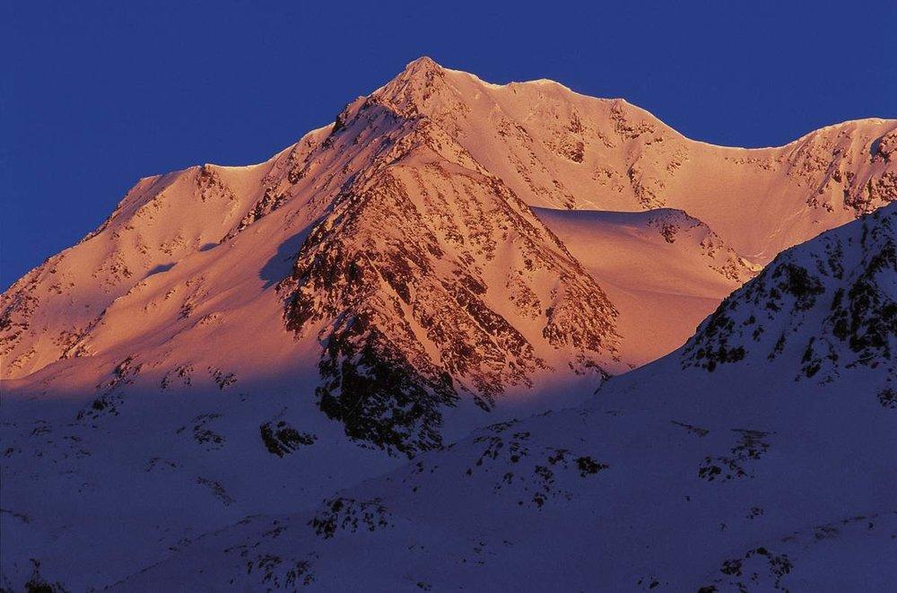 Ein wunderschöner Sonnenuntergang taucht die Berge in Rot - © Ötztal Tourismus