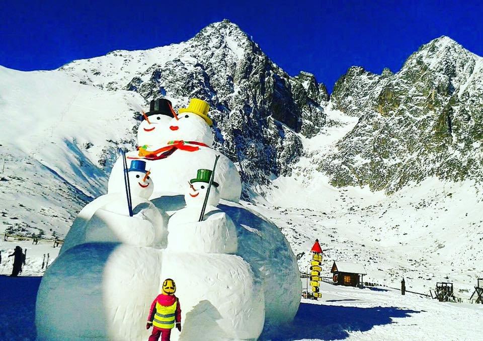 Snowmen family in Tatranska Lomnica, Slovakia - 14.1.2016 - © www.vt.sk