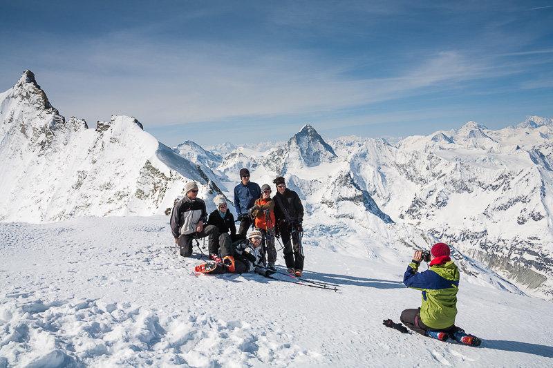 Bishorn, Gipfelfoto mit Weisshorn und Dent Blanche, ganz rechts am Horizont Mont Blanc - © Iris Kuerschner | powerpress.ch