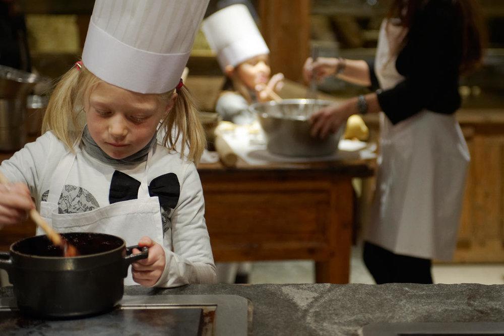 L'Atelier de cuisine de l'hôtel luxe « Les Fermes de Marie » à Megève où les petits déjeuners sont concoctés devant vos yeux et où l'on peut prendre des cours de cuisine en présence du Chef Lionel Arnoux - © Les-Fermes-de-Marie - L. Di Orio, MPM, T.Shu & DR