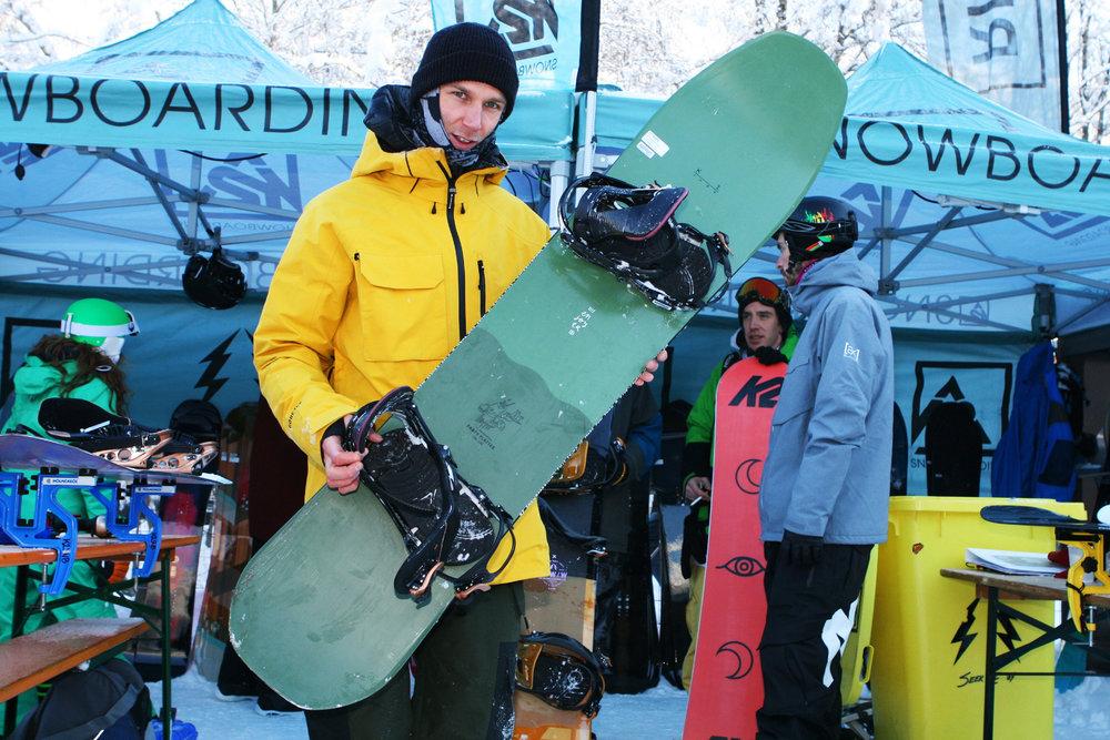 Max Anselstetter (K2 SNOWBOARDS): Die Party Platter ein neues Freestyle Board der Enjoyer Serie und verspeist jeden Kicker mit Genuss. Das Design folgt dabei dem bewehrten Volume-Shift-Konzept von K2 Snowboards. So entstehen kürzere, breitere Boards für enge Turns auf der Piste und mit viel Auftrieb im Powder. - © Stefan Drexl