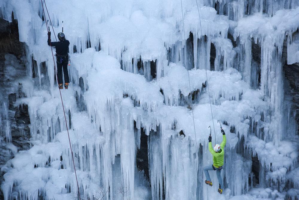 Initiation et pratique de la cascade de glace dans le Queyras (ici sur le site d'Aiguilles en Queyras) - © M. Molle / OT du Queyras