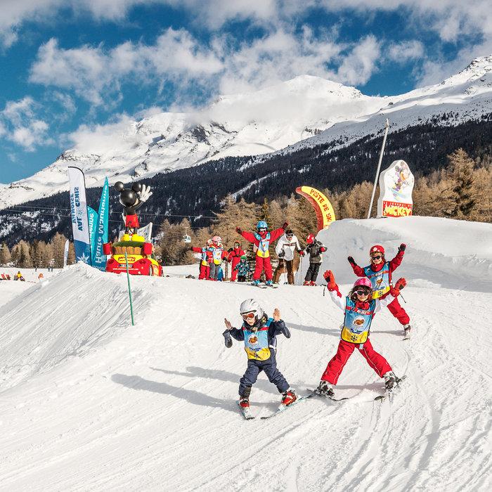 Apprentissage du ski sous forme ludique sur la piste Mickey de Val Cenis - © OT Haute Maurienne Vanoise / Dominique Rault