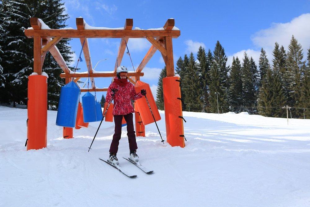 Medzi sprievodné strediskové aktivity patrí aj takýto krátky slalom medzi zavesenými vrecami - © Orava Snow