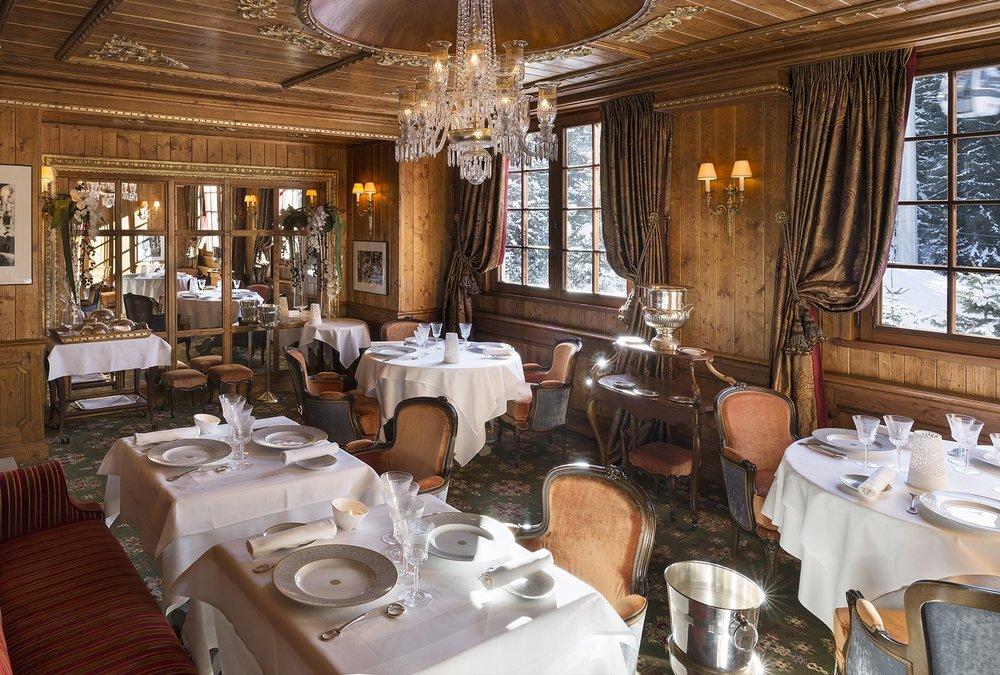 La somptueuse salle du restaurant gastronomique 2 étoiles au Guide Michelin du Palace Les Airelles à Courchevel - © Les Airelles