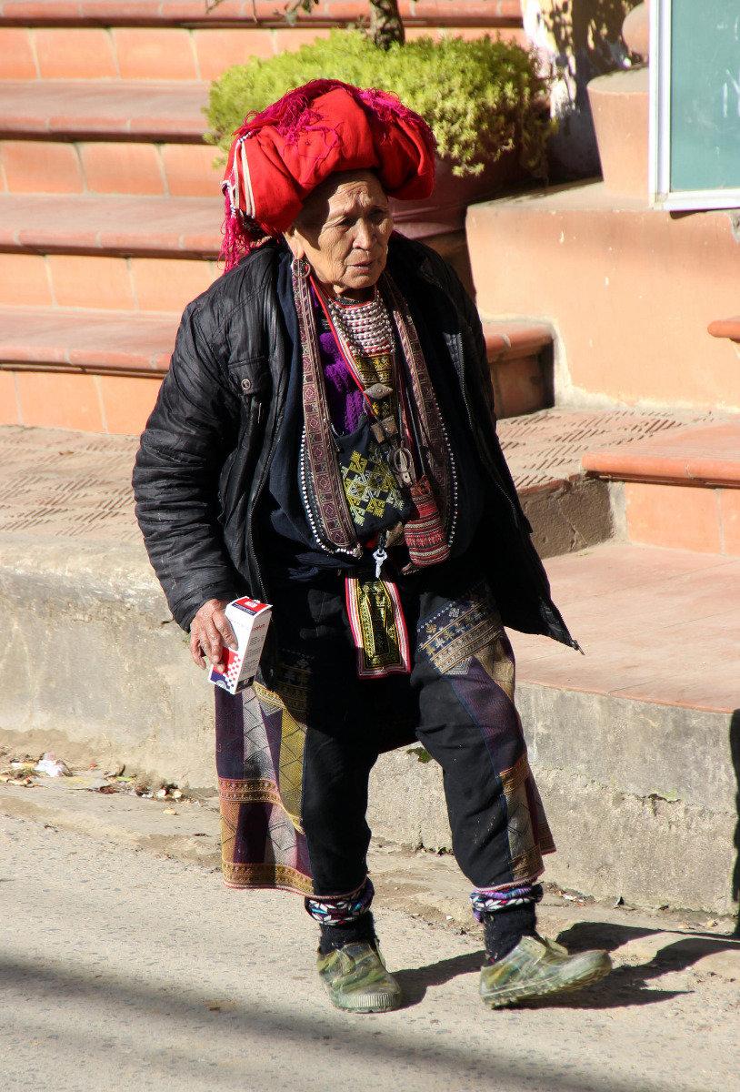 Angehörige eines indigenen Bergvolkes bieten auf den Straßen von Sapa Souvenirs an  - © Karsten-T. Raab