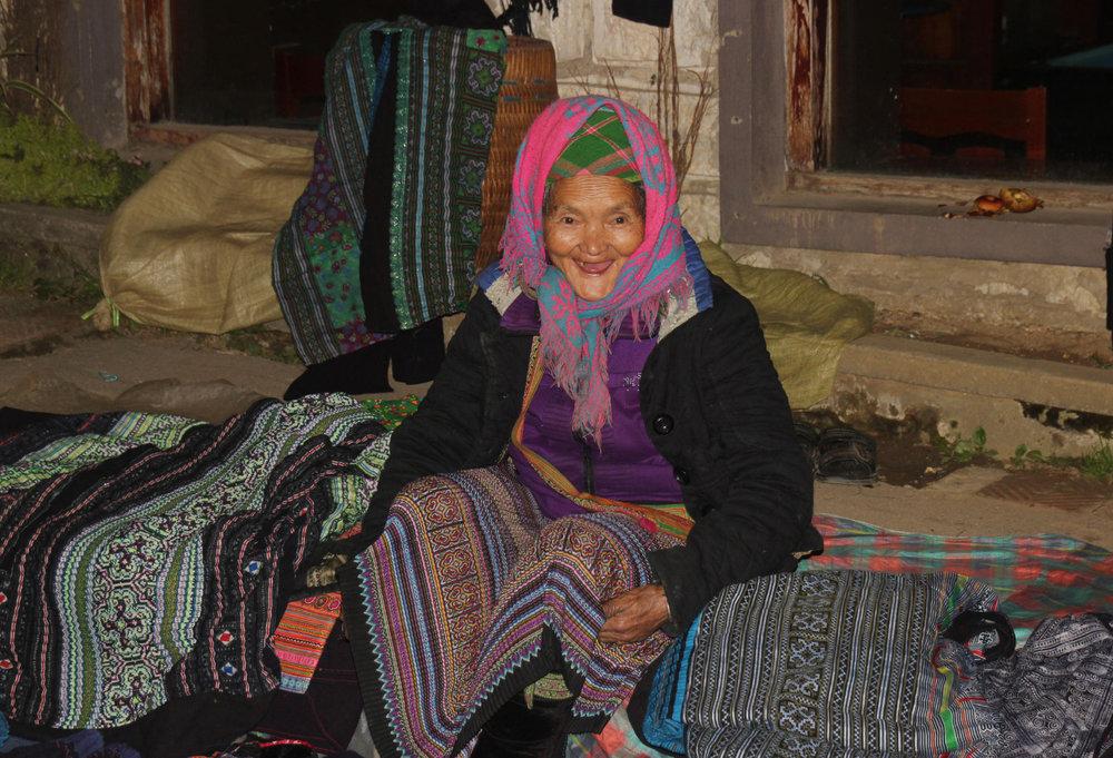 Auch diese Frau verkauft in Sapa Souvenirs - © Karsten-T. Raab